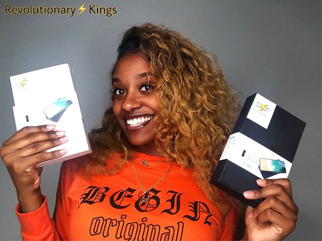 Two colors for your needs black and White . . . . . #wirelesscharger #wirelessportablecharger #rk #revolutionarykings  #valentinesdaygifts  #gift #giftideas #giftsforher #giftsforhim  Model:@only_aleia