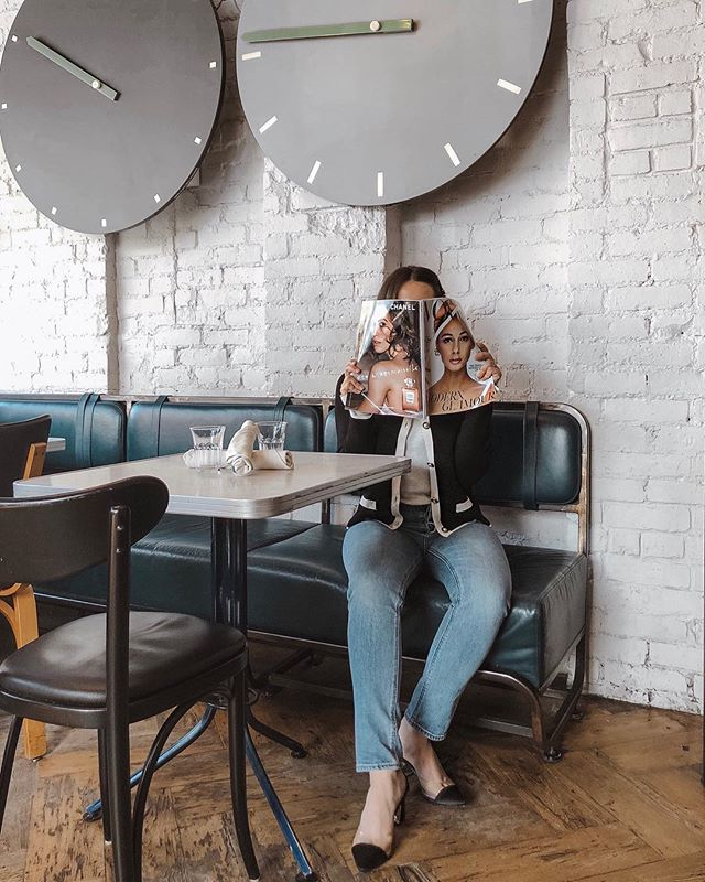 "Not so casually waiting for my caprese salad 🍅 | BTW I've been living in these jeans from @aritzia. There from the #thedenimforum in ""the yoko slim high-waisted"" style. I've linked a similar pair on my blog (link in bio) 👖"