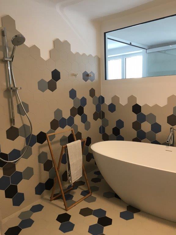 Badezimmer mit Sechsecken an Wand und Boden