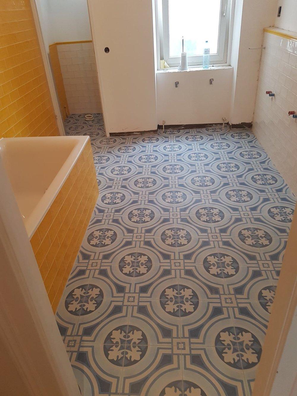 Badezimmer mit Apavisa Hydraulic Blue