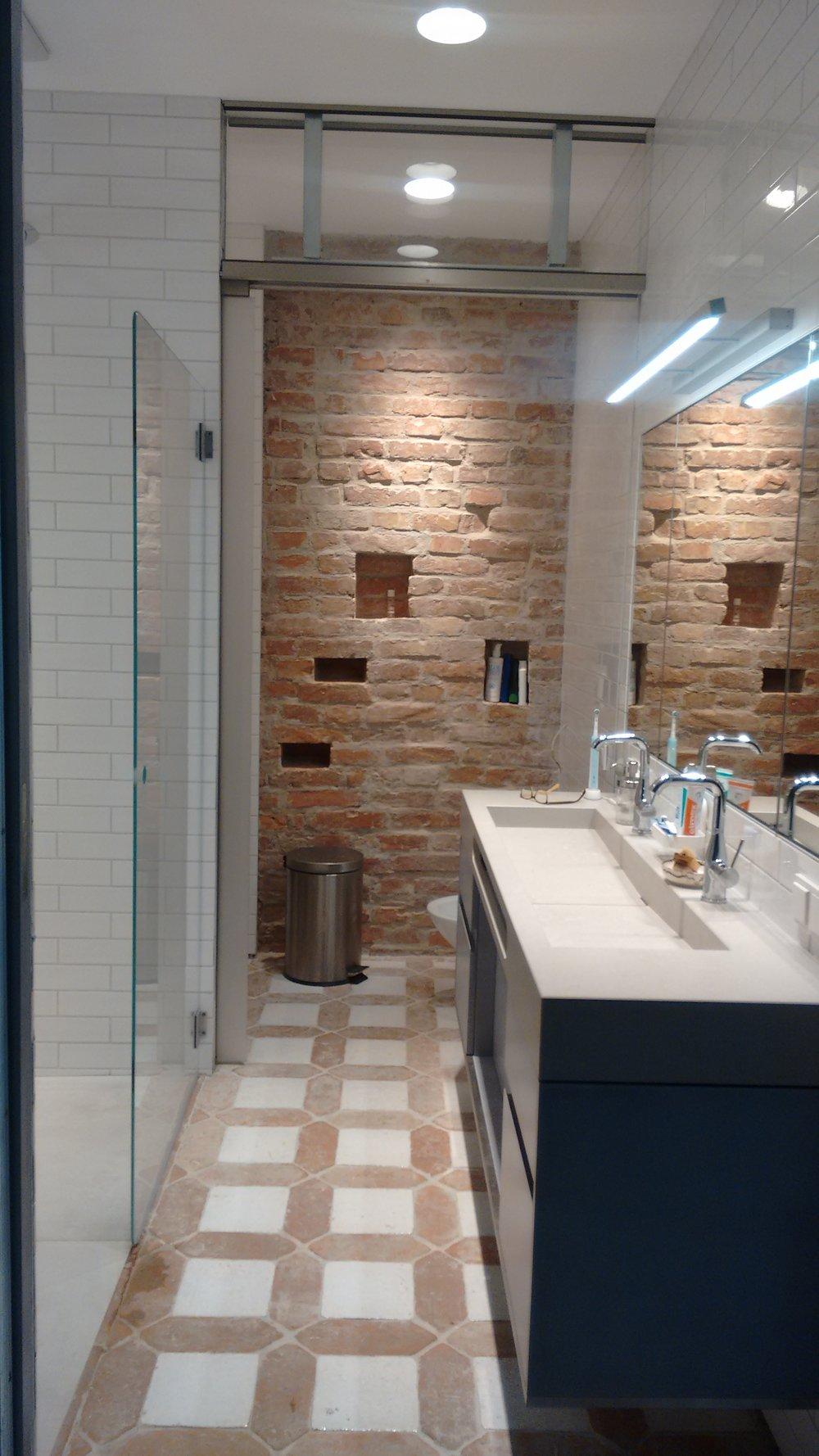 Rustikaler Badezimmerboden von Etrusco