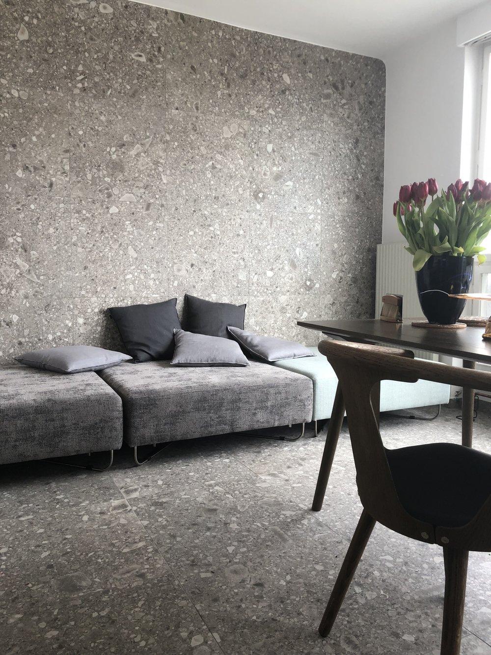 Modernes Wohnzimmer mit grossformatigen Fliesen