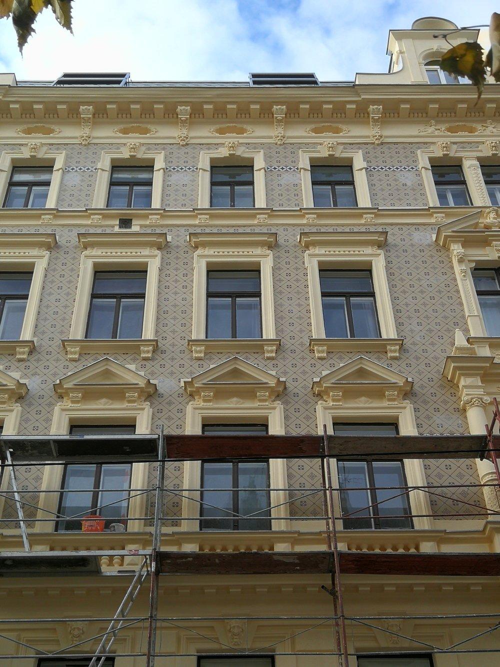 Fassadenverkleidung mit historischen Fliesen