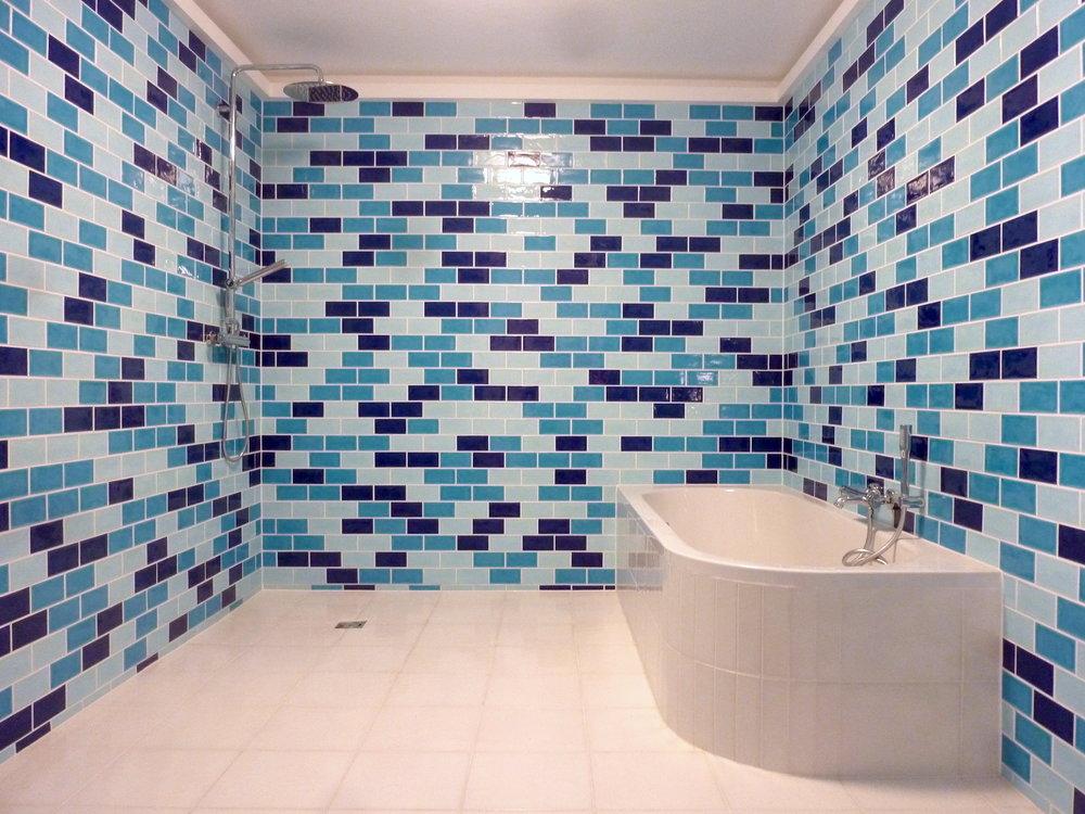 Badezimmerwände mit drei Blautöne