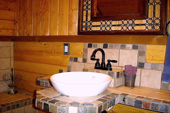 7. upstair bath.JPG