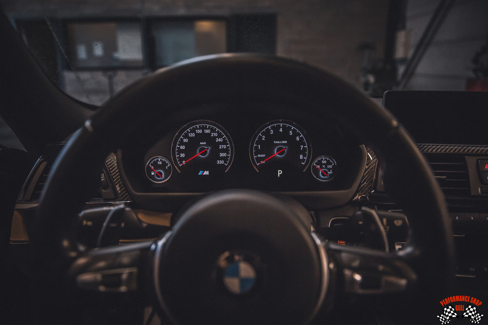 Frits Biesemans… - had van jongsaf aan al een passie voor snelle BMW's. Zodra de tijd rijp was om een eerste eigen auto te kopen, moest dat uiteraard een BMW worden.En de volgende BMW moest sneller worden dan de vorige. Daarna volgde de passie voor trackdays, en bijgevolg moesten er aanpassingen gebeuren aan de BMW's.