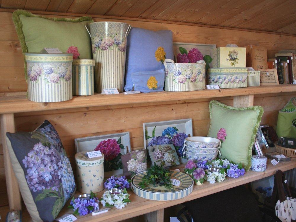 La Boutique / The shop - Accessoires de Jardin, souvenirs, graines, produits de beauté, outils de jardins, photophores, antiquités, produits du terroir...Ne partez pas sans un souvenir du Jardin !