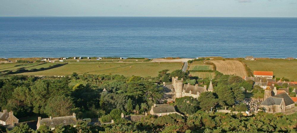 Le château, le Jardin botanique et l'église de Vauville