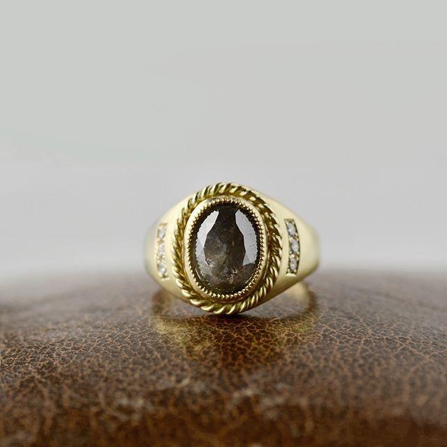 . congratulation!! . 40歳のお祝いにと製作しました 3ctダイヤモンドリング。 . ネイティブアメリカンの ナバホ族の指輪をオマジューして 石枠に細かな装飾を施してデザインしました。 . 年月をかけて使い込んでいただければ嬉しいです! . . . #atelierplow#rosecutdiamond #diamond#jewelry#natural#weddingring