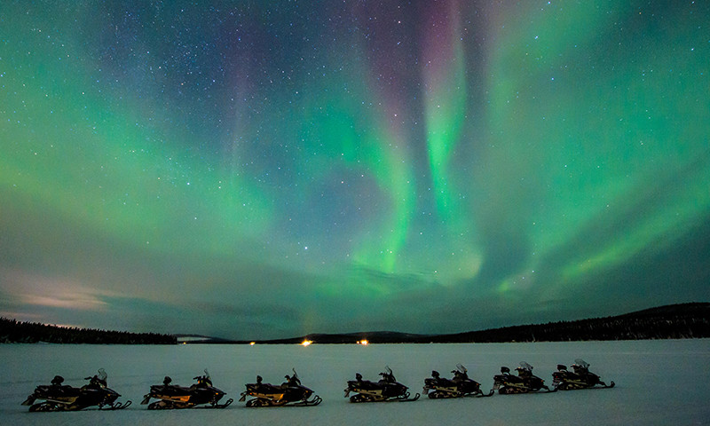 northern-light-snowmobile-tour-icehotel1-800x480