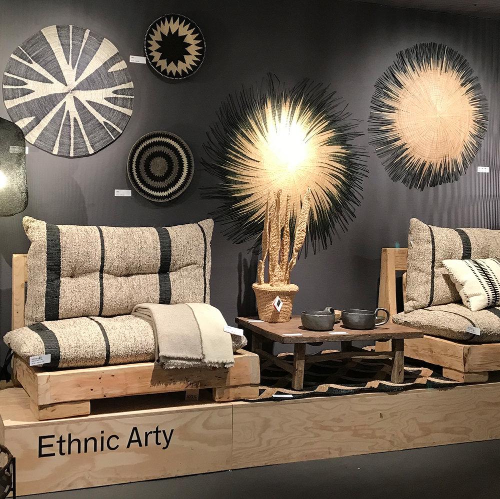 ethnic arty - à la croisée des cultures, les objets témoignent d'un désir d'authenticité, illustrant différents savoir-faire et originesmatières naturelles, tressées, masques d'inspiration ethnique, etc.