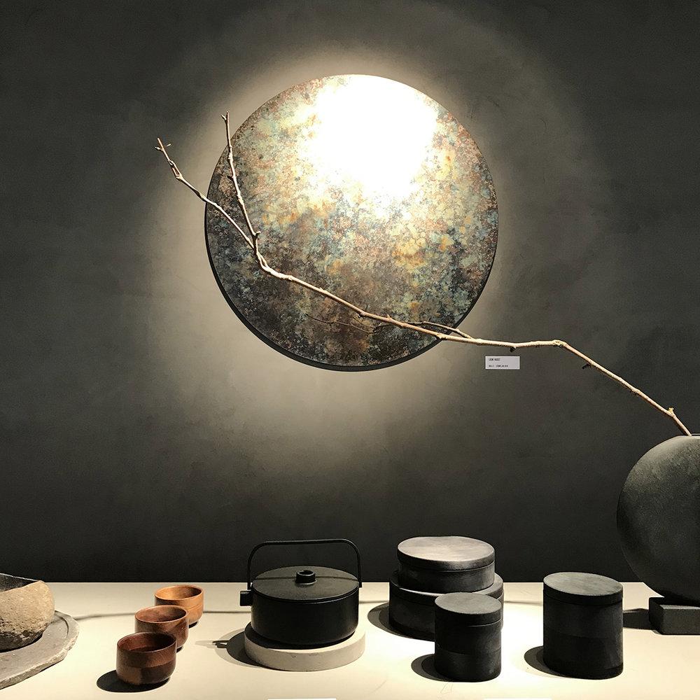 minimal brutalist - un mélange de matériaux bruts et de formes élémentaires, associé à une atmosphère contemplativeun camaieu de gris, du béton, du métal…