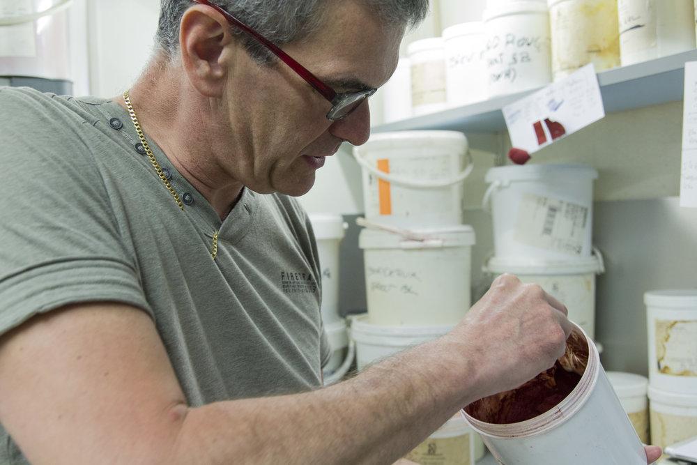 Eric Le Maguet, Teinturier depuis 1985 - Entretien avec Eric Le Maguet, teinturier depuis 1985, sur un savoir-faire qui permet d'offrir une nouvelle vie à ses vêtements. →