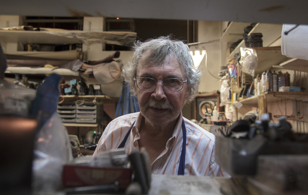 Bernard Calbry, Cordonnier depuis 1986 - Bernard Calbry est cordonnier depuis 1985. Sa passion, il la partage avec sa fille, avec laquelle il partage son atelier dans le 3ème arrondissement. →