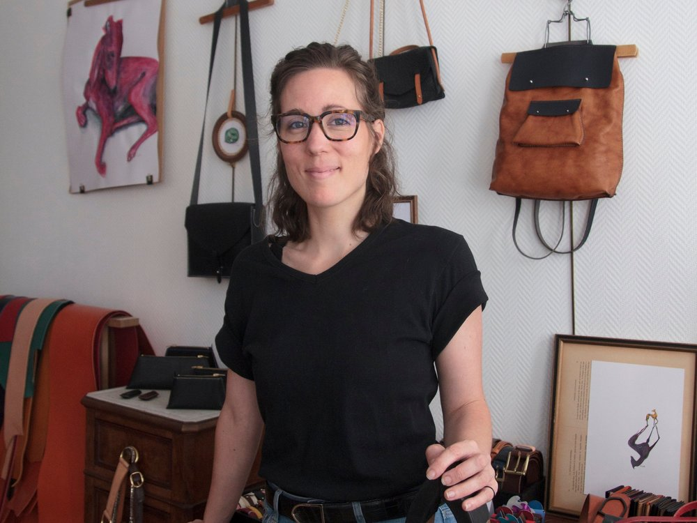 Karoline Bordas, Maroquinière Sellière - Entretien avec Karoline Bordas, maroquinière sellière à son compte, formée auprès d'une ancienne cheffe d'atelier chez Hermès.→