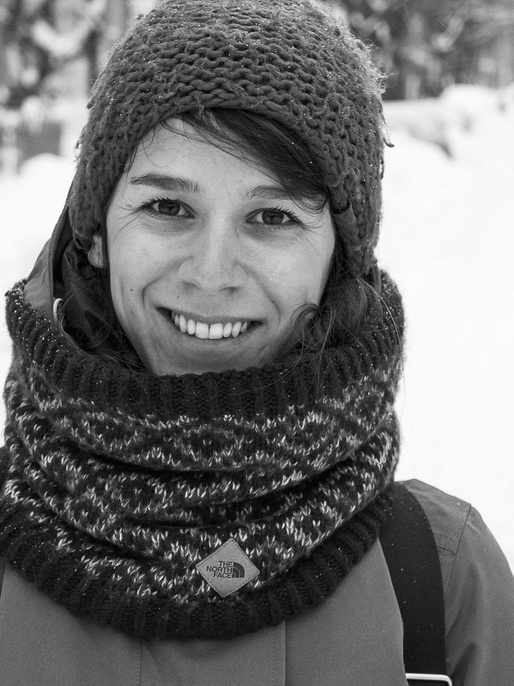 Samimé Ozem - PrésidentePrésidente de l'organisme, Samimé est également la co-fondatrice de l'association lausannoise Les Ripailleuses qui propose des restaurants éphémères autour d'une alimentation locale et saisonnière. Au cours des 18 derniers mois, cette turco-suédoise a profité d'un séjour à Montréal pour réaliser une formation sur les saines habitudes de vie à l'Université Laval et une école d'été en agriculture urbaine à l'Université du Québec à Montréal. Elle a également travaillé dans l'organisme montréalais de sécurité alimentaire Carrefour alimentaire, dont la mission est d'améliorer l'accès à une alimentation saine pour tous en soutenant le développement d'un système alimentaire local, écologique et solidaire notamment par la mise sur pied d'activités participatives. C'est ce panaché d'expériences inspirantes venues d'outre-Atlantique qui la poussée à s'impliquer dans ce projet communautaire qui vise notamment à renforcer la vie culturelle du quartier, mais aussi par ricochet à sensibiliser la population aux questions écologiques et alimentaires, en fournissant des plateformes capables d'accueillir des ateliers à visée éducative, intégrative.