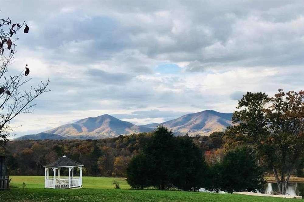 Entire Farmhouse w/ a View for LU Graduation - Breathe in the beauty, breathe out your stress. Located at the foothills of the iconic Peaks of Otter in Bedford County, the Sanctuary Farm boasts 17 acres of tranquility, magnificent views and the cozy 1860's farmhouse environment to refresh your soul. Large country kitchen and lots of open space for entertaining. You can take in the beauty of the countryside but be close enough to town for amenities and a 35 minute commute to Lynchburg, the urban hub of the region.