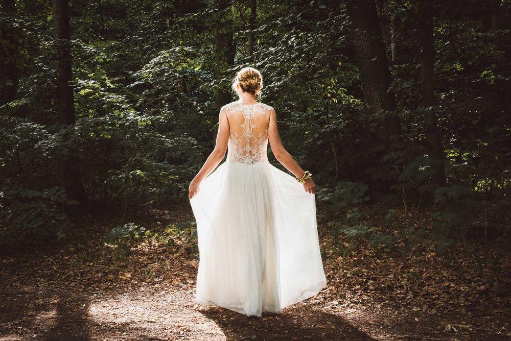 Hochzeitsfotografin-Licht-Wald-Brautkleid-Fee-Schönheit-Braut-Napieralski.jpg