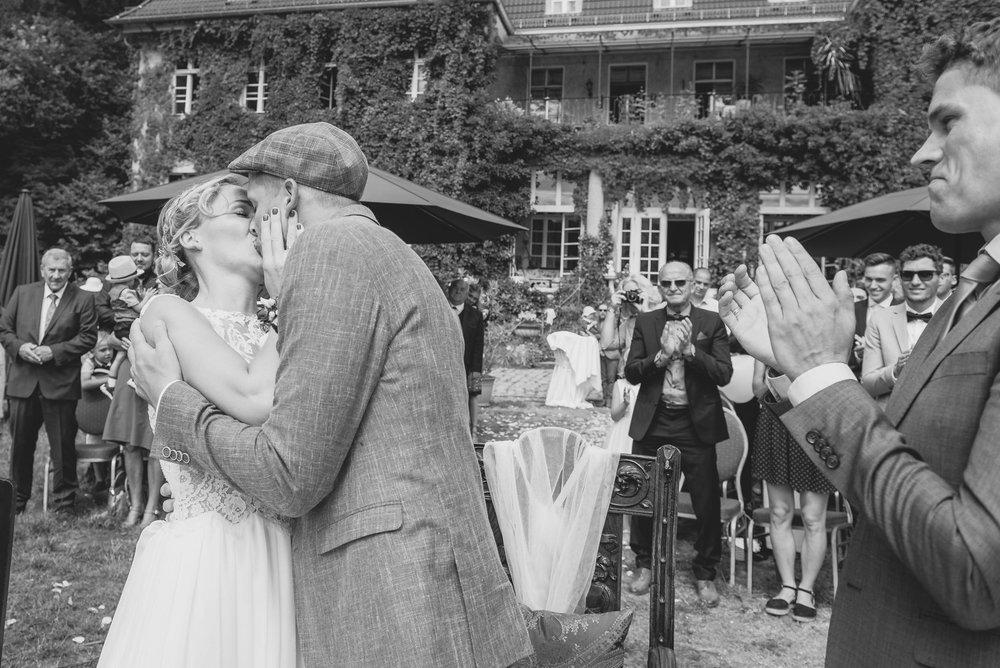 Hochzeitskuss-Trauung-Hochzeitsfotografie-Villa-Tornow-Buckow-Applaus.jpg