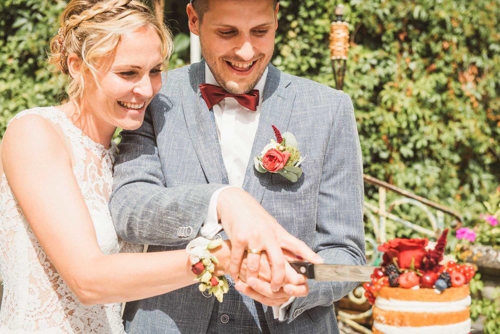 Hochzeitsfotografie-Tortenanschnitt-Brautpaar-Köstlich-Brandenburg.jpg