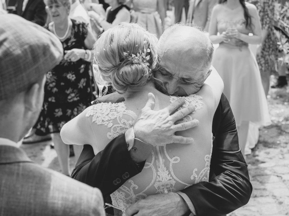 Hochzeitsfotografie-Emotionen-Gratulationen-Brautvater-Familie-Umarmung.jpg