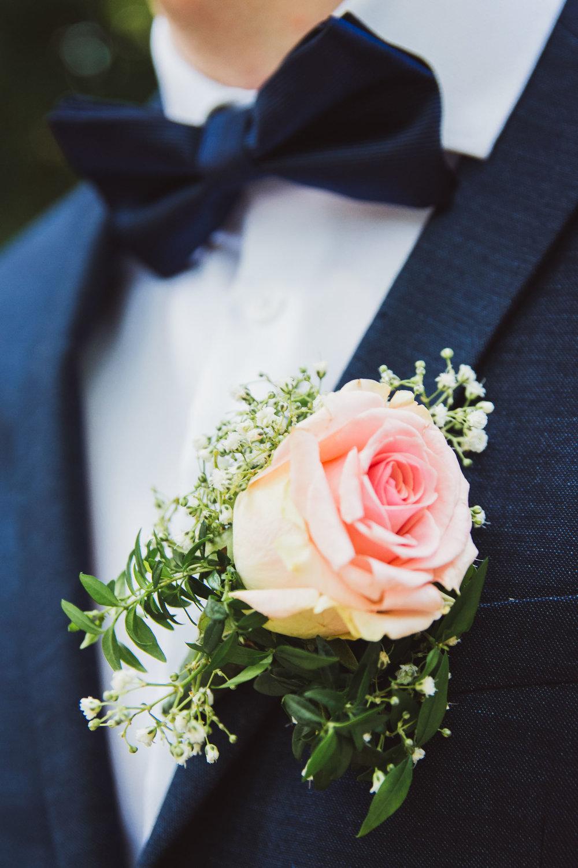 Hochzeitstag-Ansteckblume-Blauer-Anzug-Rose-Berlin-Schöneberg.jpg