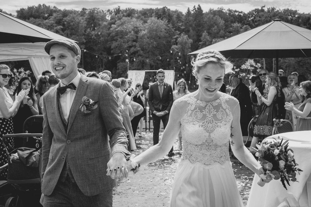 Hochzeitsfotografin-Auszug-Glück-Freude-Emotionen-Trauung-Gratulation.jpg