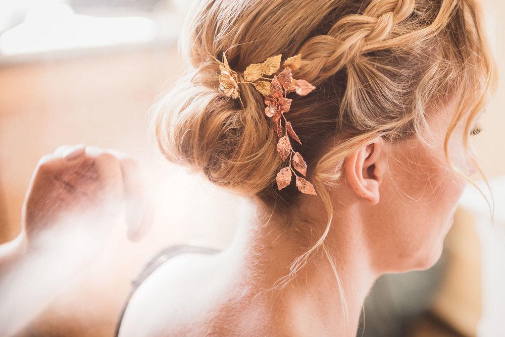 getting-ready-hochzeitsfotografie-Haare-Makeup-Brautfrisur.jpg