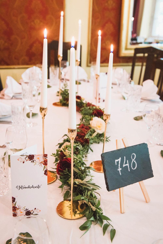 Hochzeitsfotografin-Napieralski-Dekoration-Lorenzweddings-Tischdeko-kerzen-Blumen.jpg