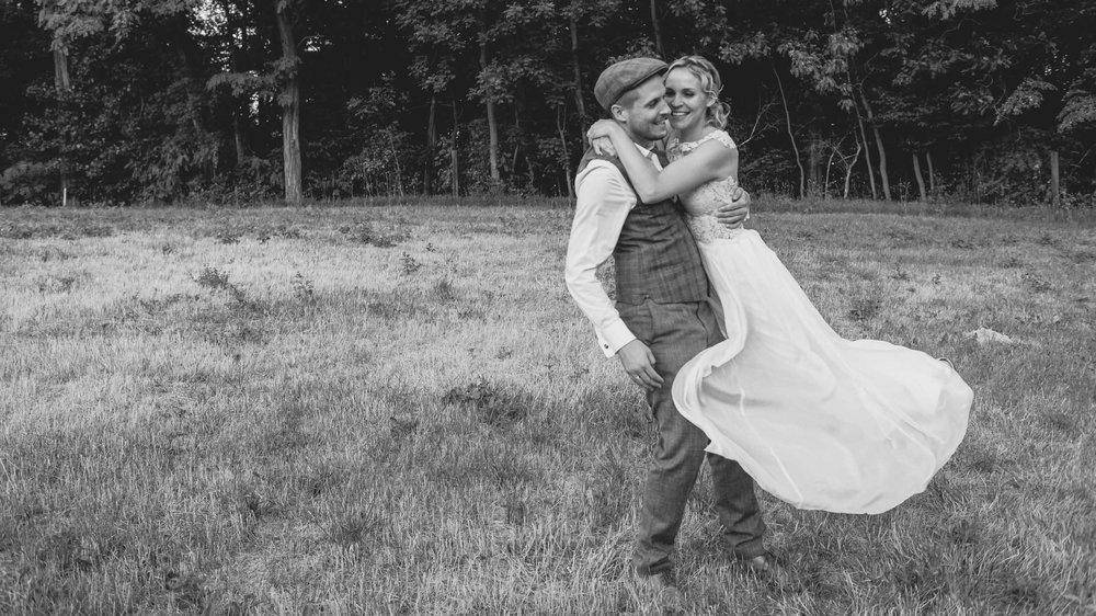 Brautpaar-Tanz-Hochzeitsfotografie-Brautkleid-Feld-Wind.jpg