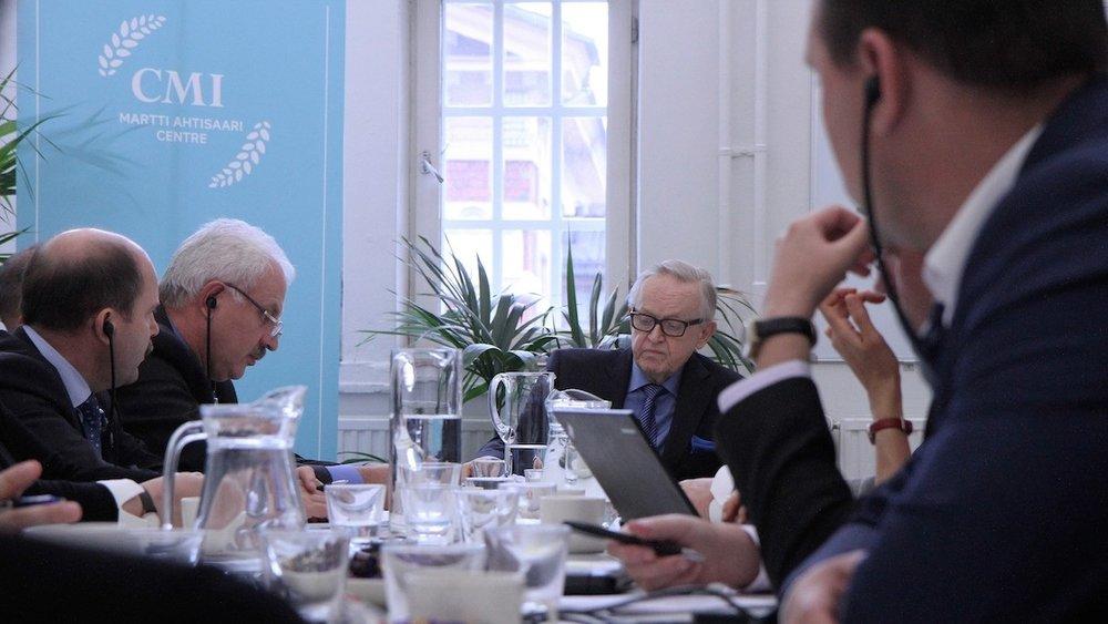"""Pyrkimys vuoropuheluun ja rauhanomaiseen konfliktinratkaisuun yhdistää CMI:tä ja Aho Groupia. """"Sotimalla ei ole ratkaistu yhtään konfliktia maailmalla tai perheessä"""", sanoo Aho Groupin hallituksen puheenjohtaja Miia Porkkala."""