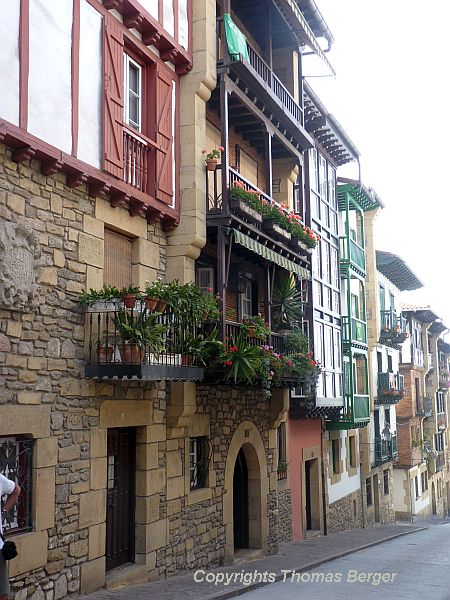 In Spain, the style of the houses was slightly more rustic and perhaps less elegant, but in turn more playful and at least as charming as in the French part of the Basque region. These romantic balconies were overlooking a narrow street in Hondarribia.