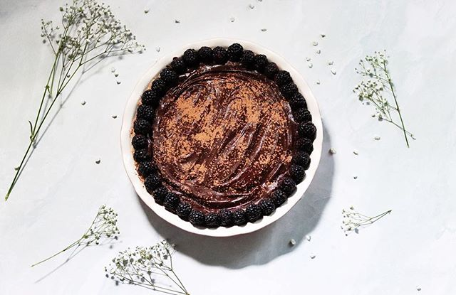 If you've eaten way too many pieces of pie today but would like to continue eating pie, I have for you this better-for-you vegan french silk pie 🙃 Made with fresh, creamy avocado, this recipe is just as luxurious and decedent as the original 🥑💕 . . . . #gatheredandglazed #piday #frenchsilk #frenchsilkpierecipe #pierecipe #pie #veganpie #pieday #vegandessert #vegantreats #chocolatepie #veganfoodshares #veganfoodspace #f52farmstand #plantbasedfoods #dessertgoals #veganinspiration #healthyvegan #breakfastideas #fuelyourbody #healthyrecipes #veganeats #onthetable #letscookvegan #begoodtoyourbody #thevegansclub