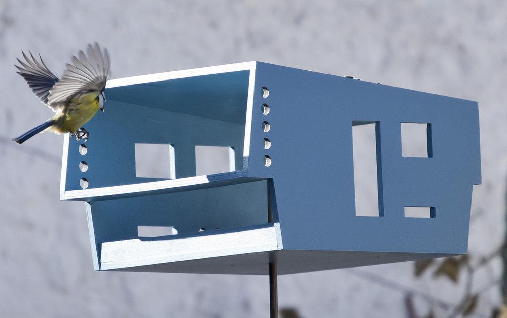 Krmítko Šumperák - Krmení ptactva ve stylovém domě s balkonem.