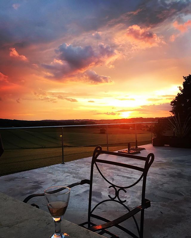 When your wine matches the sky 👌🏻.. Watching the sun set over the valley is a great way to end the day, made even better with a glass of wine. Don't just take our word for it though, we still have a few weeks available to book for this summer! #rosé #wine #summerevenings #southoffrance #vacationspots #holiday #summerbreaks