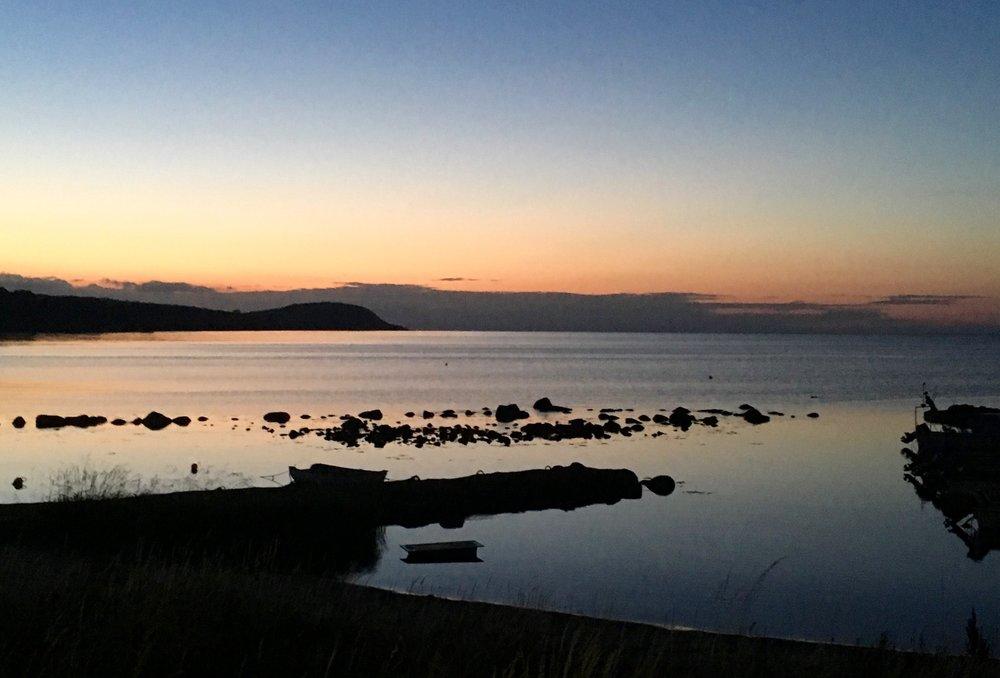 Nere vid hamnen vid solnedgång