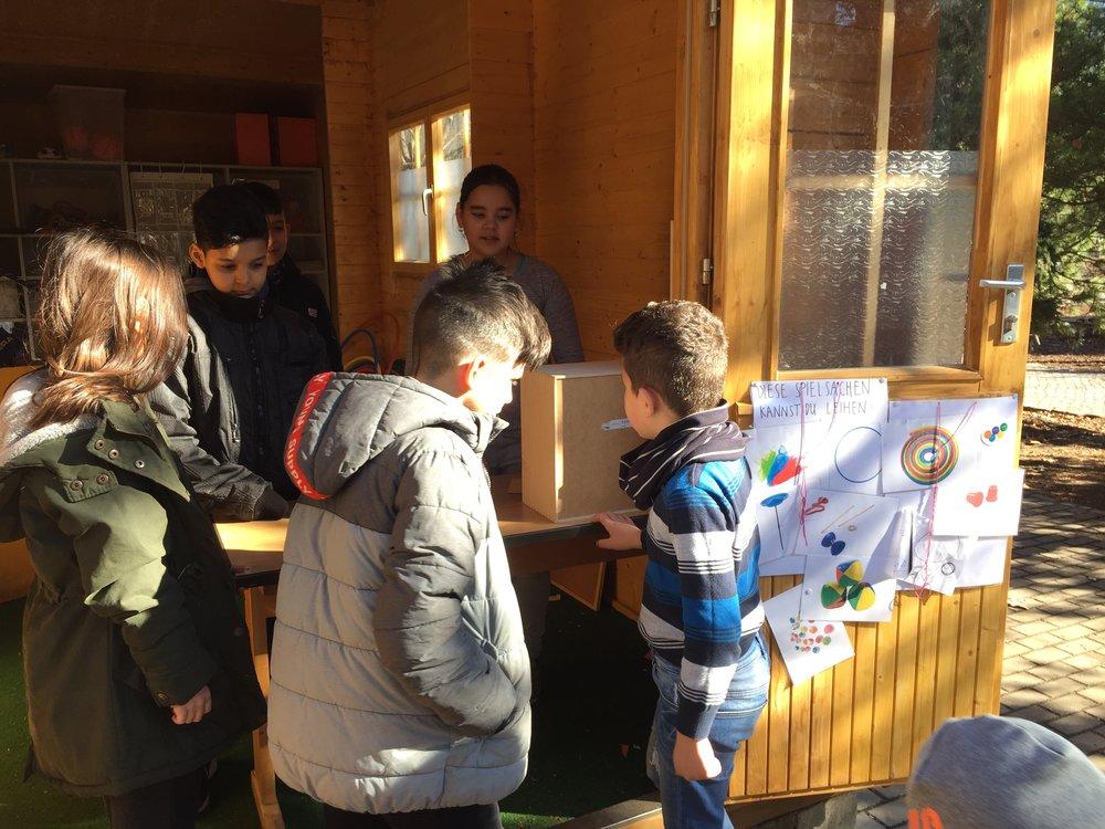 Schülerinnen und Schüler der Klasse 5a kümmern sich um das Spielehaus.