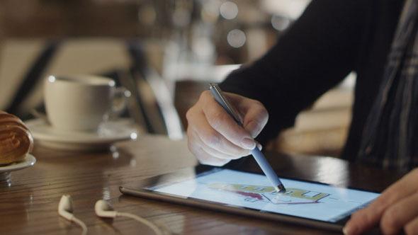 Drawing_on_tablet_2_590.jpg