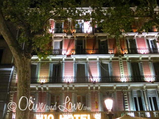 barcelona at night girls trip to europe