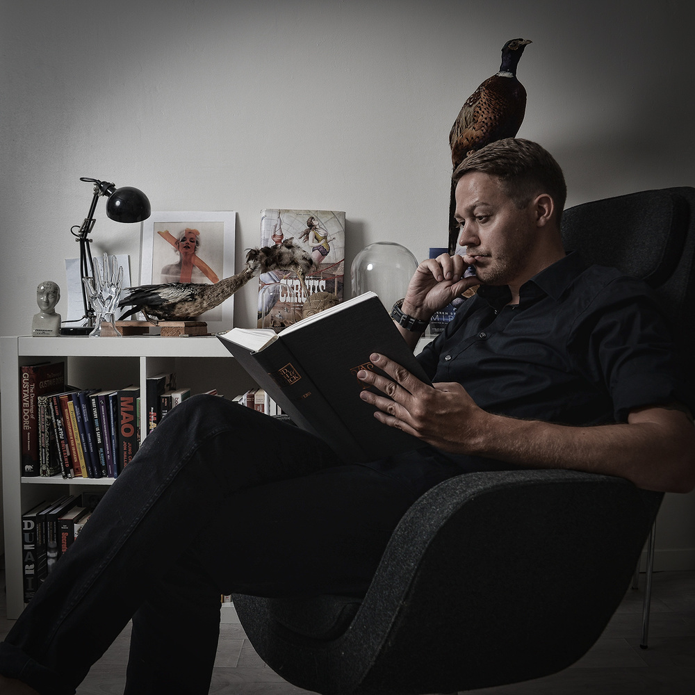"""Allekirjoittanut tutkimassa mielen ihmeellisyyksiä, tällä kertaa T.A. Watersin """"Mind, Myth & Magick""""-teosta, jota myös mentalismin Uudeksi Testamentiksi piireissä kutsutaan.. Kirjahyllystä löytyy myös huomattava määrä hypnoosi-aiheista kirjallisuutta."""