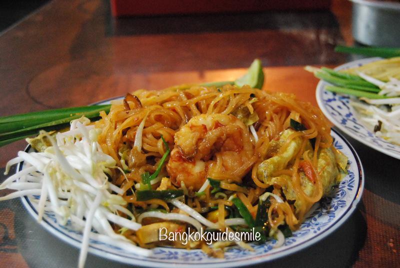bangkoktourguide-bangkok-streetfood-padthai-03.jpg