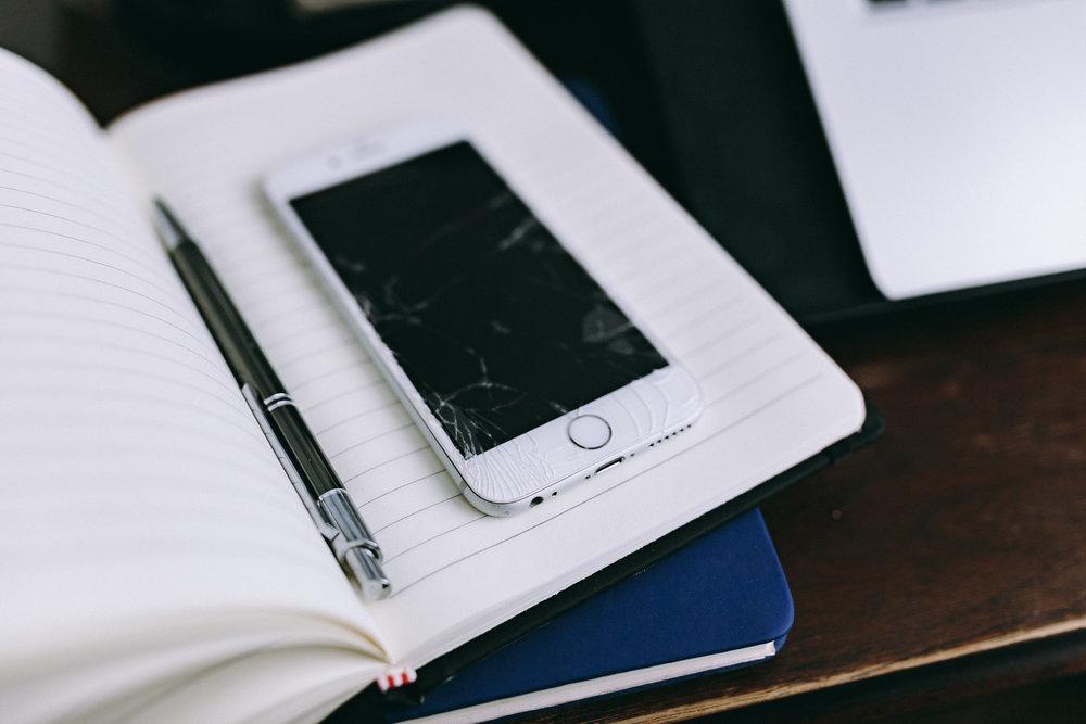 kaboompics_Broken white iPhone 6s.jpg