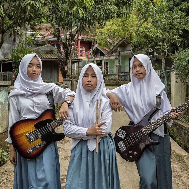 Portrait of @voiceofbaceprot an all hijab-clad female metal band from Garut, West Java. Photo by @putu_sayoga  #arkaproject #portrait #metal