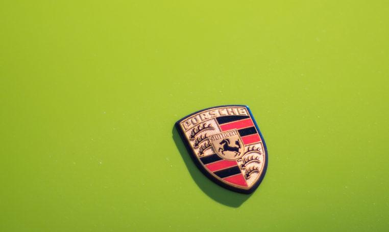 1973-porsche-911t-targa-chartreuse-makellos-classics-porsche-emblem.jpg