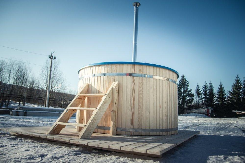 Badestamp med glassfiber - Diameter måler 1,6, 1,8, 2, eller 2,2m, og passer fint for 4-12 personer.Denne modellen leveres med innvendig eller utvendig vedovn, eller med elektrisk oppvarming som monteres på utsiden.Leveres med lokk, trapp, åre, flaskeholder, termometer ogferdig montert.