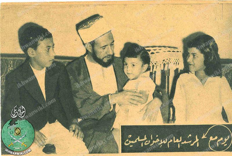 Hassan El Bana, le fondateur et le 1er guide suprême des frères musulmans avec ses enfants