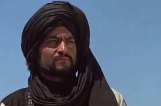 L'acteur Mahmoud Said dans le rôle de Khaled Ibn al Walid dans le film Rissala portant le  kheemar   avant qu'il devienne musulman