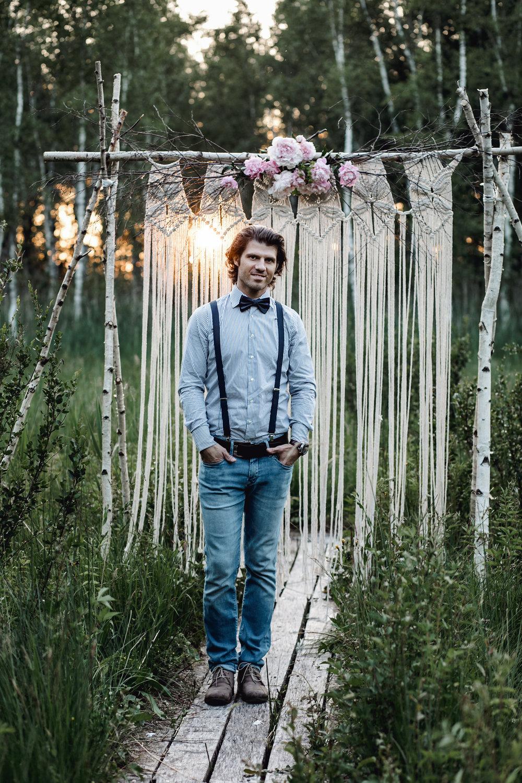 Hi ich bin Wadim… - Hochzeitsfotograf aus Bad Schussenried, BW. Ich liebe die dokumentarische Hochzeitsfotografie und erzähle aus Überzeugung und aus vollem Herzen Geschichten mit meinen Bildern in ihrer reinsten und ehrlichsten Form. Meine Mission: Erinnerungen kreieren und konservieren, für meine Brautpaare emotionale und ehrliche Hochzeitsreportagen kreieren, die man fühlen kann – Sowohl auf den Bildern, als auch im Film. Ich passe zu euch? Dann schreibt mir gern eine Mail, ich freue mich auf euch!