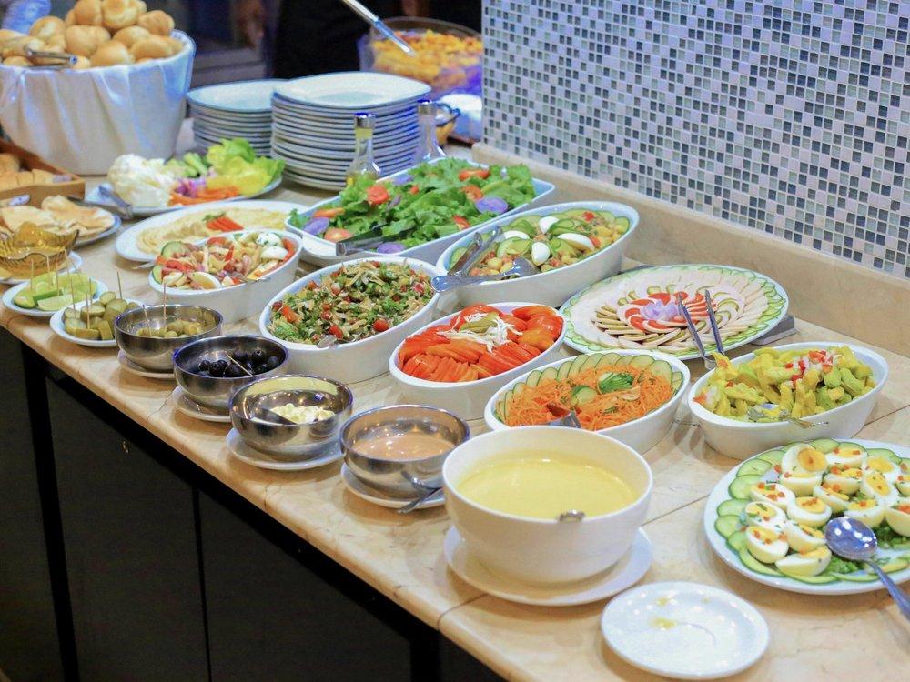Le Déjeuner - Pour déjeuner, nous vous proposons un buffet de spécialités Africaines, Européennes et Orientales généralement composé d'une farandole de crudités, légumes, de viande et de poisson suivi de pâtisseries. Ouvert tous les jours de 12h à 15h au tarif de 14.000 FCFA (hors boissons). Le déjeuner pourra être servi dans votre chambre sur demande avec un supplément.