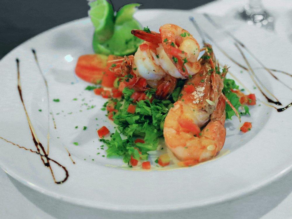 Le Dîner - Le soir, Ivotel vous invite à retrouver des spécialités du monde entier telles que des soupes, des poissons finement assaisonnés, des viandes savoureuses ou encore des mets végétariens. Ouvert tous les jours de 18h à 22h, plats à partir de 5.000 CFA (hors boissons). Le dîner pourra vous être servi en chambre, sur demande, avec un supplément.